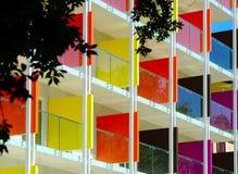 Härlig färgrik fasade av det nya hotellet på havssemesterort Fotografering för Bildbyråer