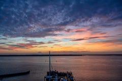 Härlig färgrik solnedgång över den Hilton Head Island marina, South Carolina Arkivbild