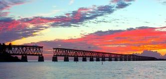 Härlig färgrik solnedgång eller soluppgång på den Bahia Honda delstatsparken i de Florida tangenterna Royaltyfri Foto