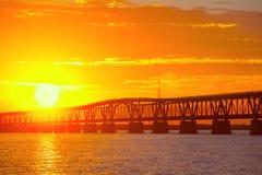 Härlig färgrik solnedgång eller soluppgång på den Bahia Honda delstatsparken i de Florida tangenterna Arkivfoto