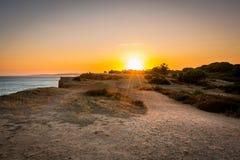 Härlig färgrik solnedgång i Algarve Portugal royaltyfria bilder