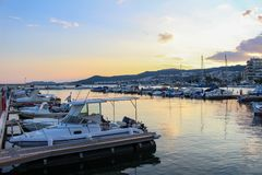 Härlig färgrik solnedgång i hamnen av staden av dramat, Grekland med fartyg royaltyfria foton