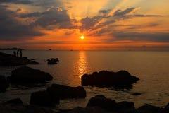 Härlig färgrik soluppgång med solstrålar på Binh Ba Island, Vietnam royaltyfria foton