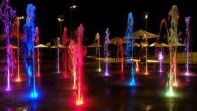 Härlig färgrik springbrunn på natten video 4K lager videofilmer