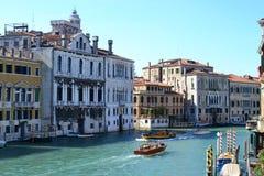 Härlig färgrik stad av Venedig, Italien, med italiensk arkitektur, gondolen, fartyg och broar över kanalen royaltyfria bilder