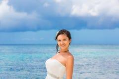 Härlig fästmö i den vita bröllopsklänningställningen på kusthavet wed arkivfoton
