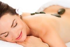 härlig fående varm massagestenkvinna Royaltyfri Bild