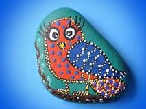 Härlig fågel som målas på stenen Arkivbilder
