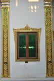 Härlig fönsterarkitektur i buddistisk byggnad i templet Thailand arkivfoton