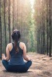 Härlig för avkopplingsammanträde för ung kvinna yog för övning för meditation Royaltyfria Bilder