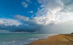 Härlig för feriestrand för blå himmel plats - flykt på en semesterstrand i Kuba Arkivbilder