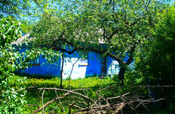 härlig by för landskaphusträdgård Arkivfoton