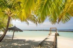 Härlig förbluffa tropisk solig strandlandskapsikt med havet, blå himmel, cabana på ön på semesterorten fotografering för bildbyråer