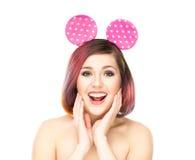 Härlig förvånad kvinna i Mickey musöron arkivbilder