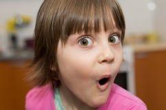 Härlig förvånad liten ung flicka fotografering för bildbyråer