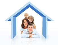 Härlig familj i ett hus Arkivfoto