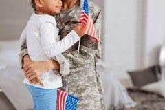 Härlig familj som delar deras patriotiska känslor Fotografering för Bildbyråer
