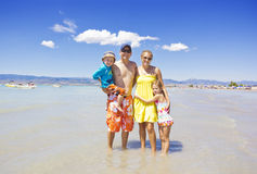 Härlig familj som leker på stranden Royaltyfri Bild