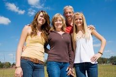 härlig familj utomhus Arkivbild