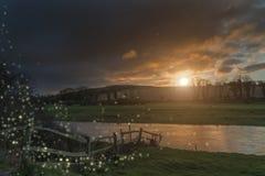 Härlig fantasibild av eldflugor på skymning över flodlandsc Royaltyfri Fotografi