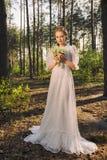 Härlig fantasikvinna som tycker om naturen arkivbilder