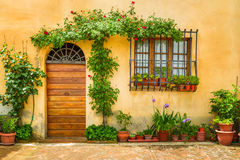 Härlig farstubro som dekoreras med blommor royaltyfri fotografi