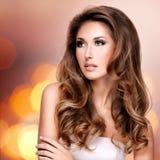 Härlig fasionmodell med ursnyggt långt brunt hår Arkivbild