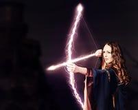 Härlig felik kvinnabågskytt med en magisk pilbåge royaltyfria foton