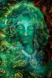 Härlig felik stående för fantasismaragdgräsplan, färgrikt slut upp målning, ögonkontakt Arkivbild
