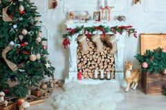 Härlig ferie dekorerade rum med julgranen, spis arkivfoton