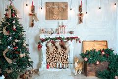 Härlig ferie dekorerade rum med julgranen, spis royaltyfri foto