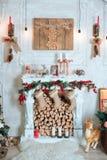 Härlig ferie dekorerade rum med julgranen, spis och med gåvor Hemtrevlig vinterplats inre white arkivfoton