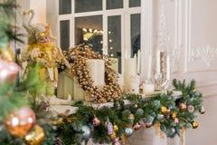 Härlig ferie dekorerade rum med julgranen, spis och med gåvor Hemtrevlig vinterplats inre white royaltyfria foton