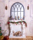 Härlig ferie dekorerade rum med julgranen, spis och med gåvor Hemtrevlig vinterplats inre white Jul Nu royaltyfri fotografi