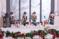Härlig ferie dekorerade rum med julgranen, spis och med gåvor Hemtrevlig vinterplats inre white Jul Nu royaltyfri foto