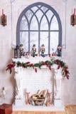 Härlig ferie dekorerade rum med julgranen, spis och med gåvor Hemtrevlig vinterplats inre white Jul Nu arkivbilder