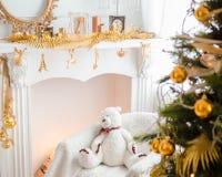 Härlig ferie dekorerat rum med julgranen Arkivfoton