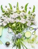 Härlig festlig bukett med gräsplanblommor på vit skrivbordbakgrund med åtlöje för kuvert och för pappers- kort upp, band, stearin Arkivbilder