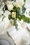 Härlig festlig tabellinställning med eleganta vita blommor och bestick, garnering för matställetabell royaltyfria bilder