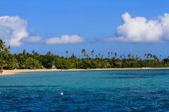 Härlig fijiansk atollö med vitstranden Arkivfoto
