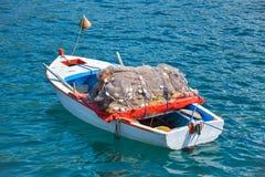 Härlig fiskebåt med ett stort fisknät i det Royaltyfria Foton
