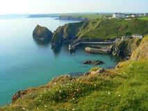 Härlig fjärd av spröjslilla viken, cornish kust, södra England royaltyfri foto