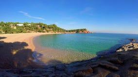 Härlig fjärd i Costa Brava, by nära byn Plaja de Aro i Spanien arkivfilmer