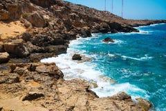 Härlig fjärd i ljusblått medelhavs- av Cypern Arkivfoto