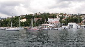 Härlig fjärd i Montenegro adriatic hav Yachter och fartyg fotografering för bildbyråer