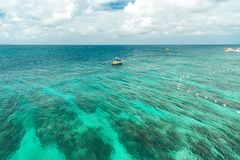Härlig fjärd med karibiskt havsvatten för turkos och den steniga kustlinjen på Mexico royaltyfria bilder