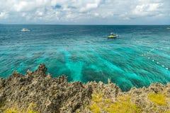 Härlig fjärd med karibiskt havsvatten för turkos och den steniga kustlinjen på Mexico royaltyfri bild