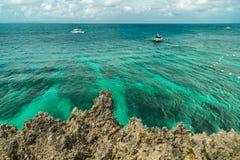 Härlig fjärd med karibiskt havsvatten för turkos och den steniga kustlinjen på Mexico arkivfoton