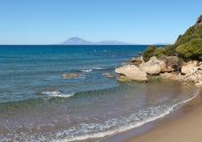 Härlig fjärdsikt på kusten av Grekland royaltyfria bilder