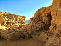 Härlig fläck längs den Algarve kusten Arkivfoton